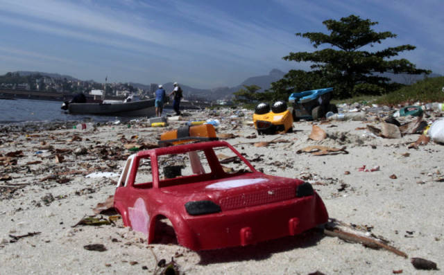 the_sad_sight_of_polluted_beaches_in_rio_de_janeiro_640_01