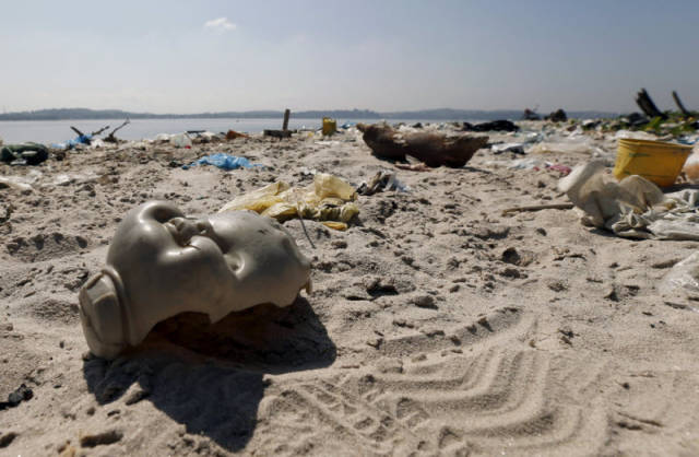the_sad_sight_of_polluted_beaches_in_rio_de_janeiro_640_03