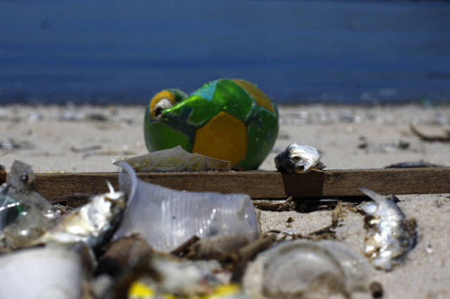 the_sad_sight_of_polluted_beaches_in_rio_de_janeiro_640_04
