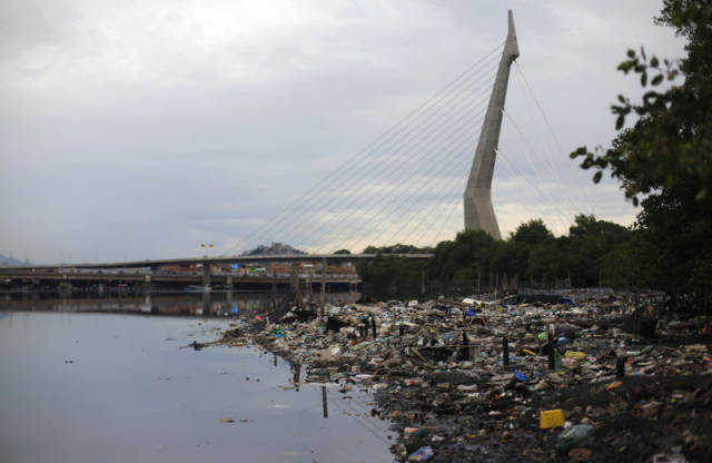 the_sad_sight_of_polluted_beaches_in_rio_de_janeiro_640_06