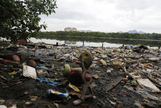 the_sad_sight_of_polluted_beaches_in_rio_de_janeiro_640_12