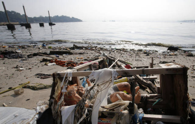 the_sad_sight_of_polluted_beaches_in_rio_de_janeiro_640_14