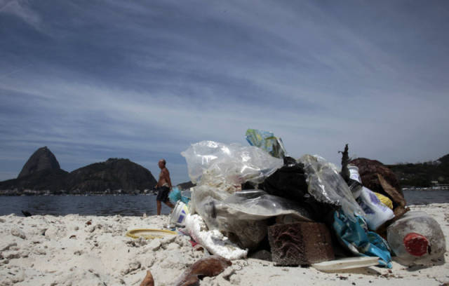 the_sad_sight_of_polluted_beaches_in_rio_de_janeiro_640_17