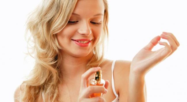225705-R3L8T8D-650-woman-perfume-wrist