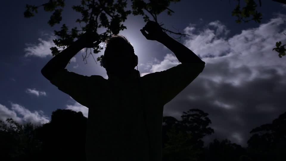 785965803-escuchar-musica-ritmo-auricular-oscuridad