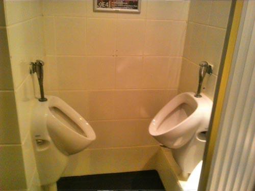 awkward-bathroom-back-to-back