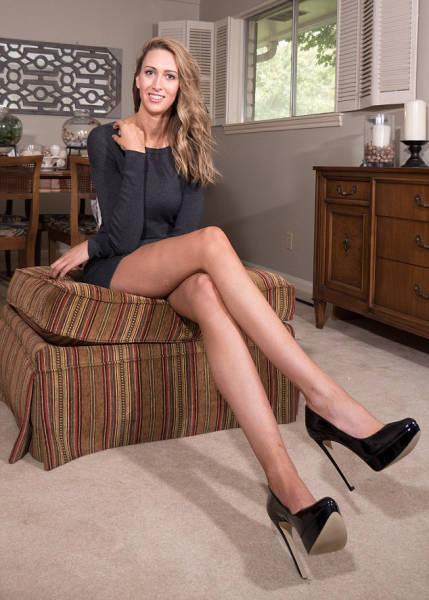 this_leggy_model_has_legs_that_go_on_for_days_640_01
