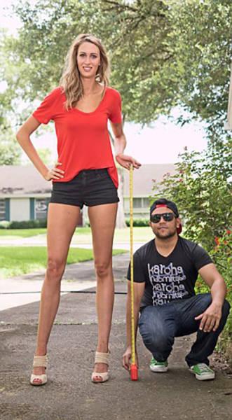 this_leggy_model_has_legs_that_go_on_for_days_640_02