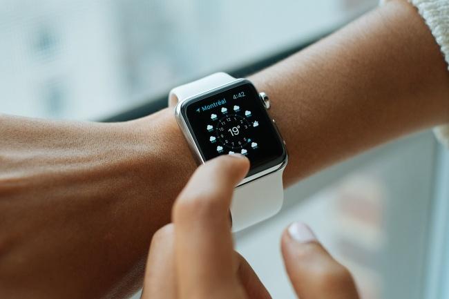 239155-R3L8T8D-650-smart-watch-821557_1280