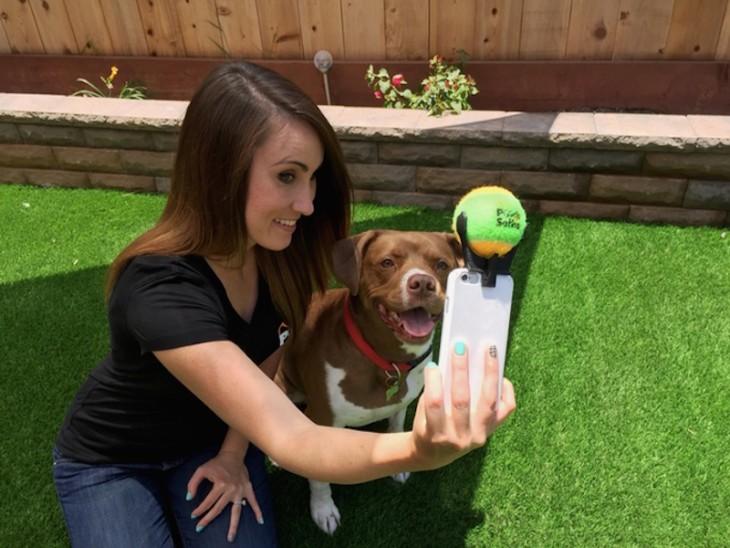Pooch-selfie-el-accesorio-para-fotos-con-tu-perro-3-730x548