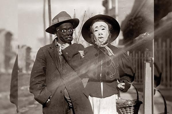 Una-pareja-con-mascaras-de-miedo-600x400