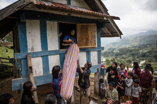 Family Members Perform Ma'nene Ritual To Honor The Spirits Of Their Mummified Ancestors