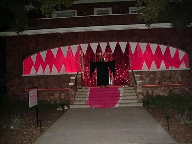 17 personas que llevaron sus decoraciones de halloween a - Decoraciones de casas ...