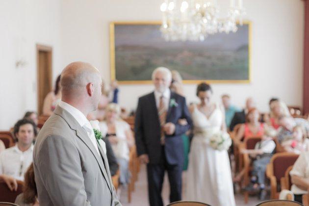 Brautvater bergibt Braut Brutigam