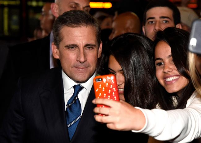 famosos-que-AMAN-sacarse-selfies-con-sus-fans-16