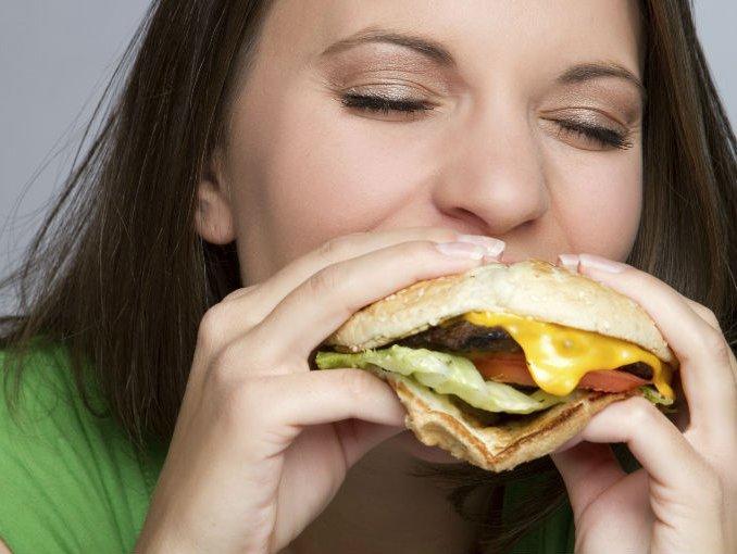 hamburguesa_mujer_comer