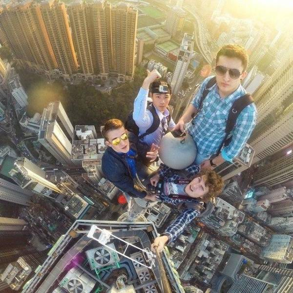 these_extreme_selfies_are_a_little_insane_640_05
