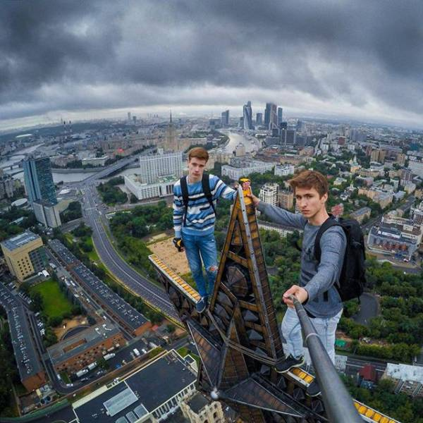 these_extreme_selfies_are_a_little_insane_640_14