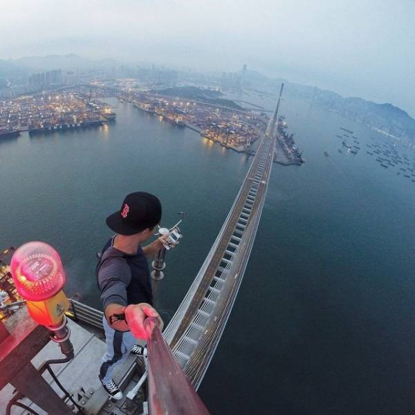 these_extreme_selfies_are_a_little_insane_640_21