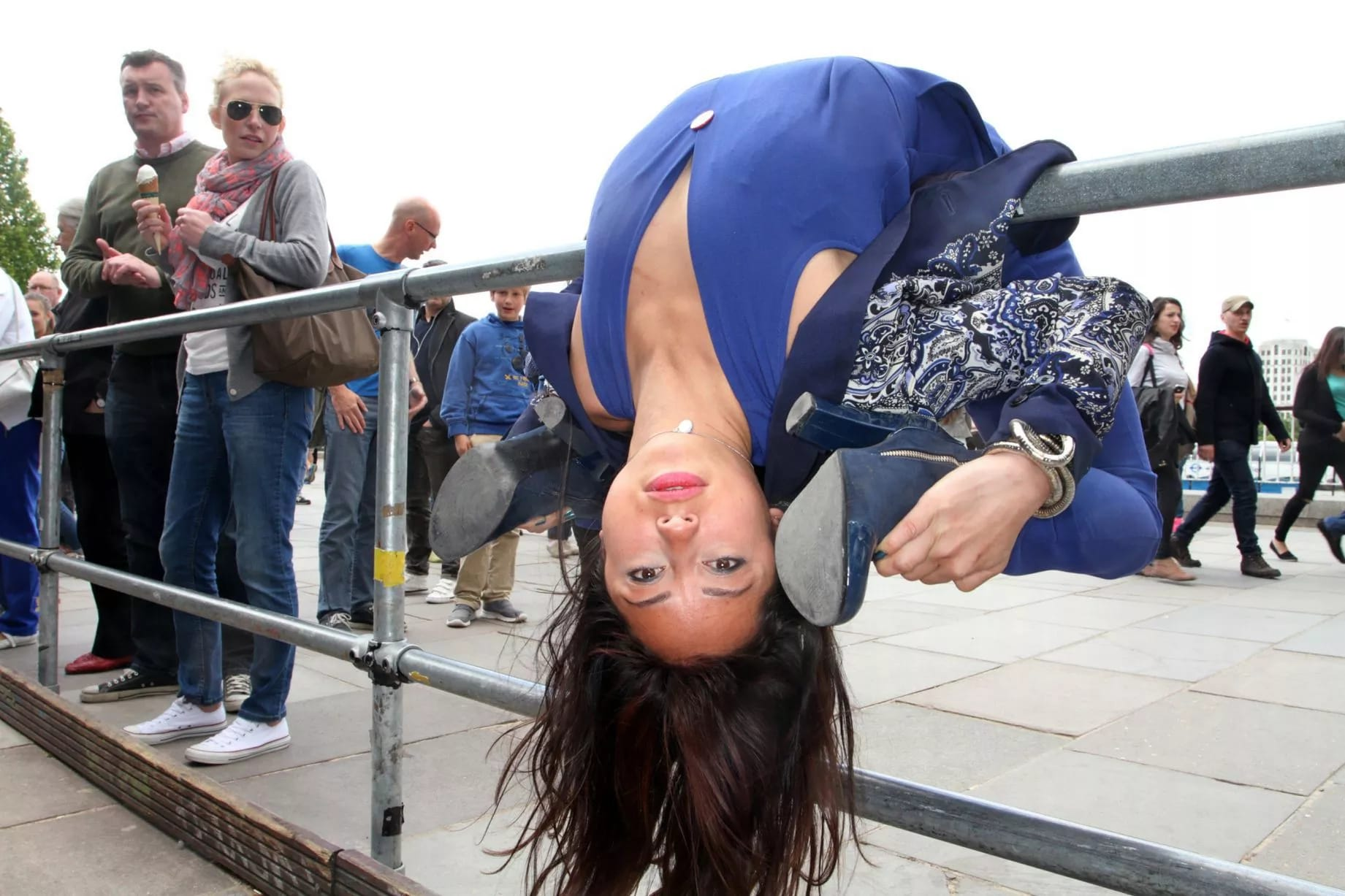 20-Random-People-Caught-Publicly-in-Awkward-Positions-16