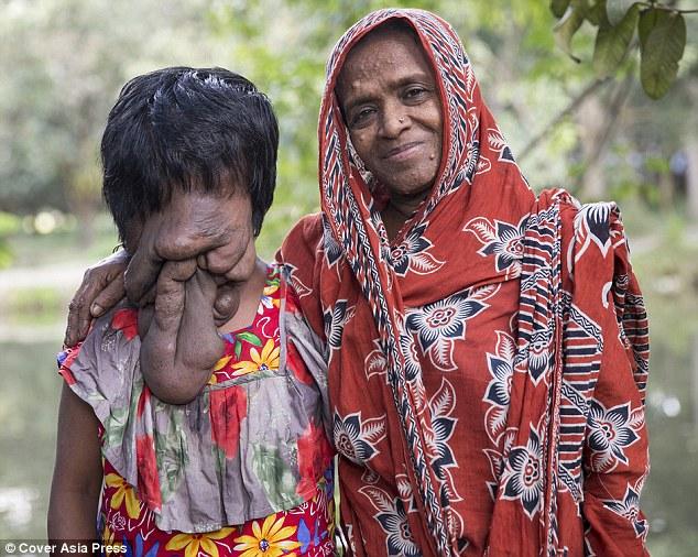 2E2C1F1F00000578-3307093-Khadija_Khatoon_stands_with_mother_Amina_Bibi_The_21_year_old_sa-a-13_1446831318642