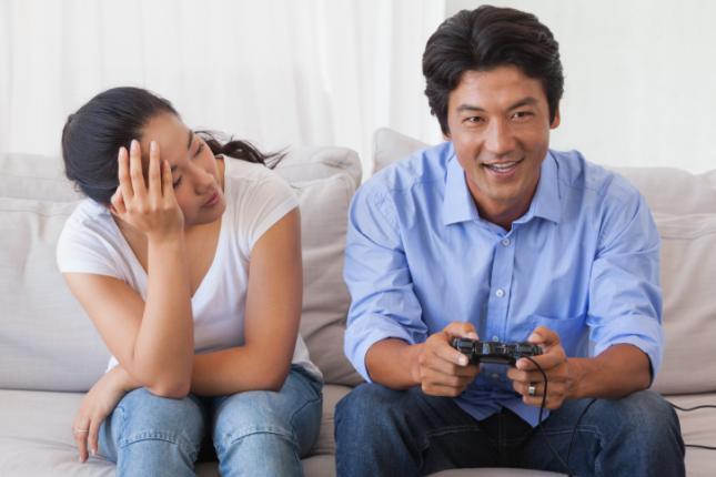 5-razones-para-tener-una-novia-gamer-Pareja-gamer-ignora-mujer-5
