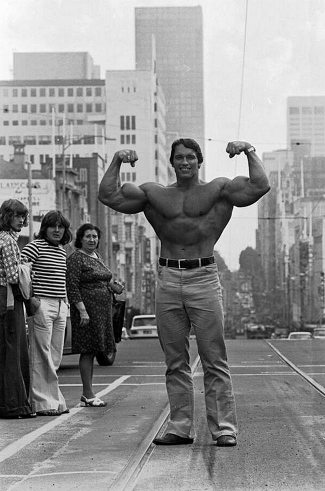 arnold-shvarcenegger-demonstriruet-svoj-tors-na-odnoj-iz-ulic-melburna-1974-god