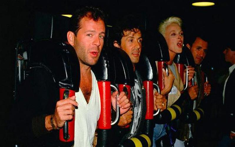 brjus-uillis-silvestr-stallone-i-bridzhitt-nilsen-na-amerikanskih-gorkah-1987-god