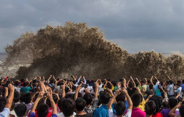 chinese_locals_dodge_death_by_getting_scarily_close_to_a_tidal_wave_for_fun_640_01