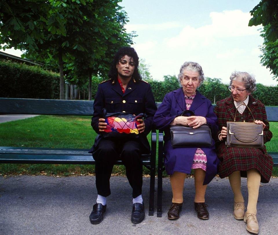 majkl-dzhekson-s-dvumja-starushkami-na-skamejke-v-parke-1985-god
