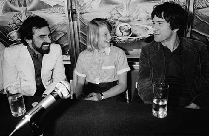 martin-skorseze-dzhodi-foster-i-robert-de-niro-na-press-konferencii-pered-pokazom-filma-taksist-na-kannskom-kinofestivale-1976-god