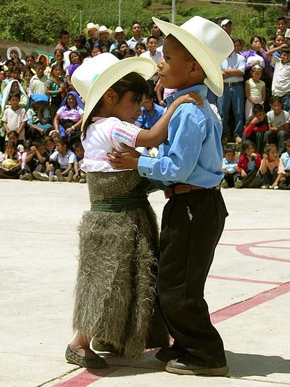 pareja-de-nic3b1os-bailando-folklc3b3rico