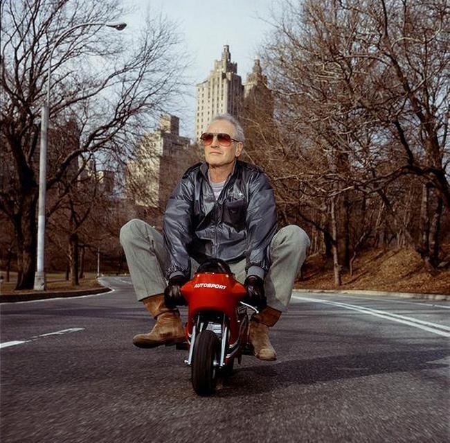 pol-njuman-kataetsja-na-mini-motocikle-po-centralnomu-parku-1998-god