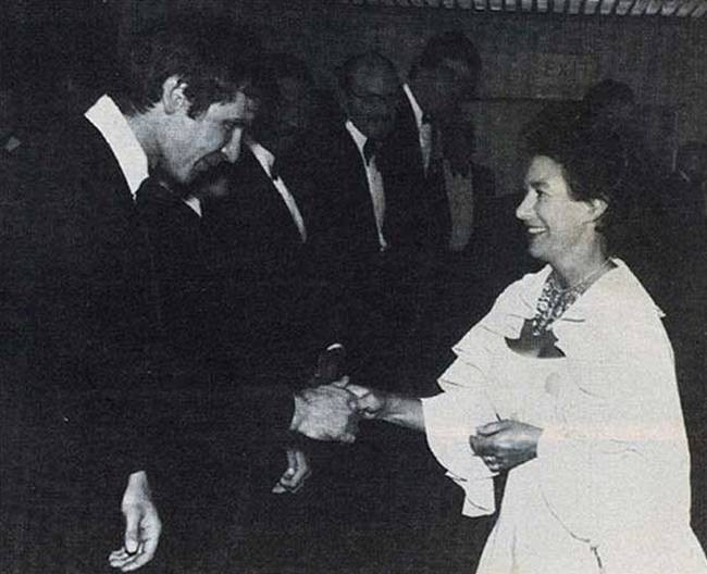 princessa-margaret-privetstvuet-harrisona-forda-na-premere-kartiny-zvezdnye-vojny-jepizod-5--imperija-nanosit-otvetnyj-udar-v-londone-1980-god