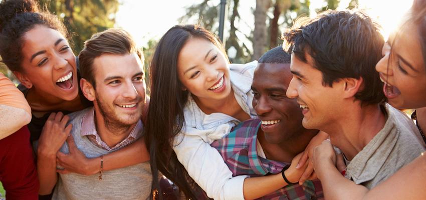 residencia-universitaria-en-Granada-amigos-riendo