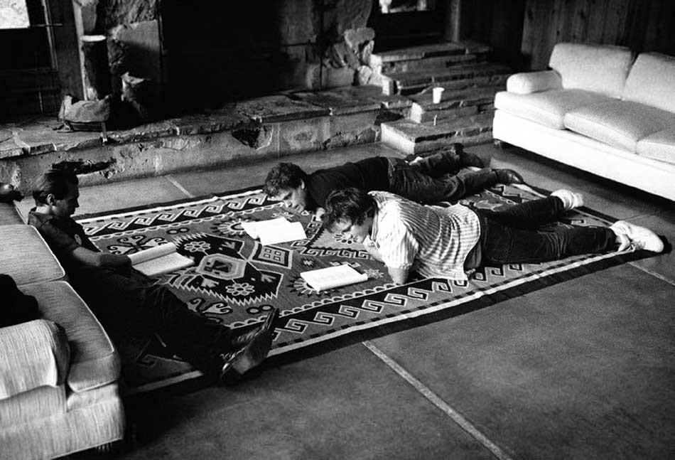 stiv-bushemi-i-kventin-tarantino-chitajut-scenarij-filma-beshenye-psy-pri-institute-sandensa-1991-god
