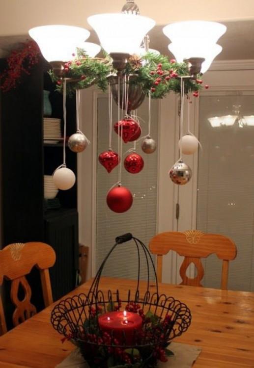 20 grandes ideas para crear adornos de navidad de bajo for Decoracion con esferas de navidad