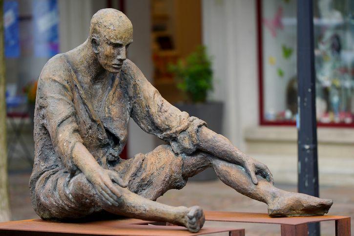 hombre-cansado-estatua