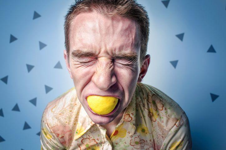 hombre-estresado-limon-boca