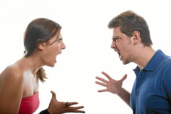 pareja-peleando-a-gritos
