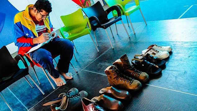 gonzalo-morales-divo-Empresa-alemana-dona-zapatos-al-venezolano-con-los-pies-m-aacute-s-grandes-del-mundo