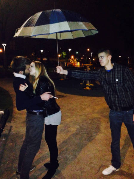 how_awkward_it_is_to_be_the_third_wheel_640_14