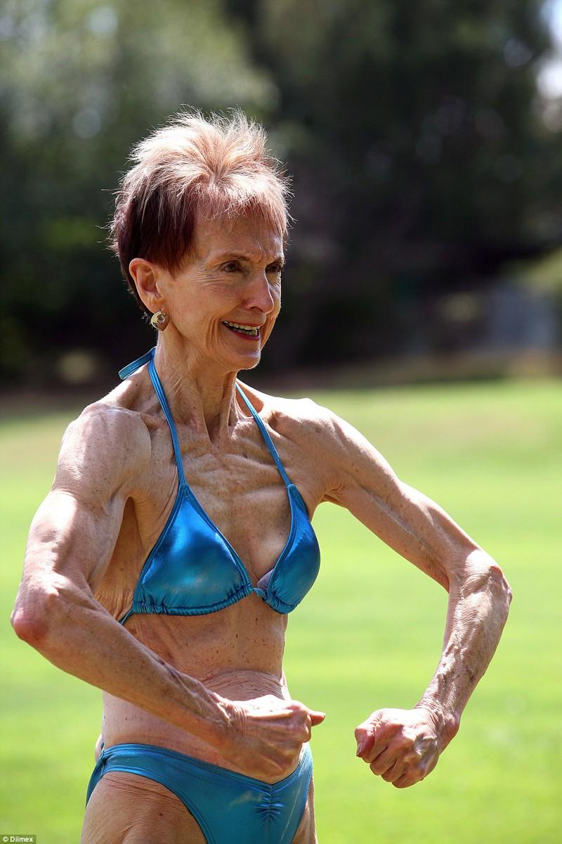 Abuelita de 73 años alardea de su físico, y tiene novio