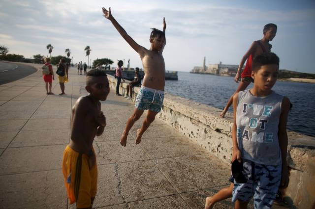 another_batch_of_photos_from_depicting_everyday_life_in_cuba_640_25