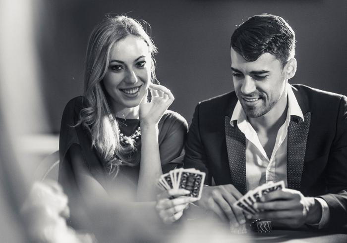 couple-playing-poker