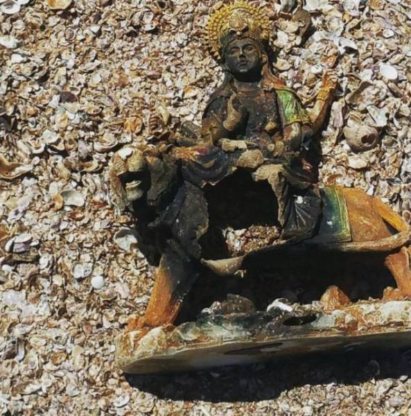 different_odd_and_interesting_things_people_found_on_the_beach_640_15