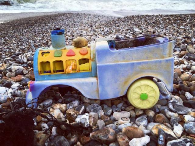 different_odd_and_interesting_things_people_found_on_the_beach_640_19