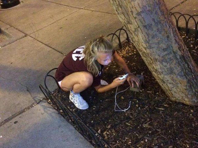 people_find_inventive_ways_to_charge_their_phones_640_35
