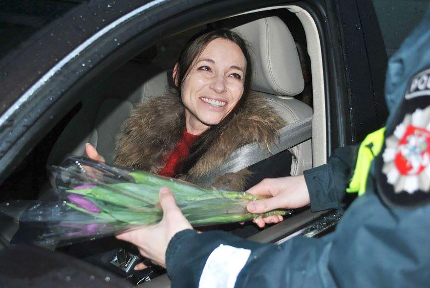 policia-lituania-flores-dia-internacional-mujeres-1