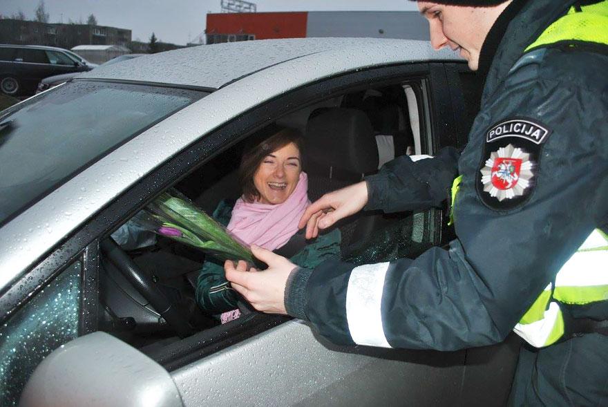 policia-lituania-flores-dia-internacional-mujeres-10